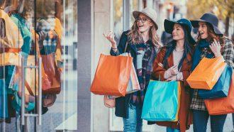 vrouwen shoppen in de sale