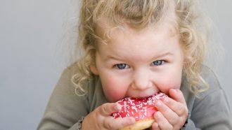 kind eet snack met suiker