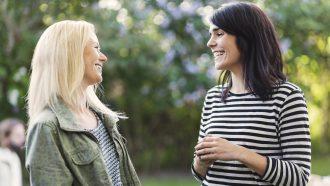 Twee vrouwen die Brabantse uitspraken met elkaar bespreken