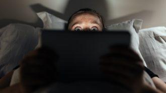 vrouw kijkt film op Netflix