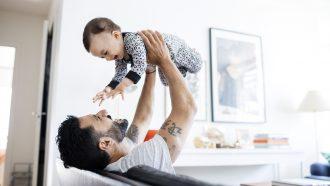 vader met vaderschapsverlof