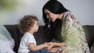 moeder praat in derde persoon met kind