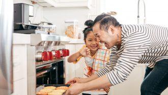 vader doet budget activiteiten met kind