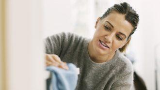 vrouw maakt huis schoon van stof