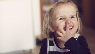 kind is aan het neuspeuteren