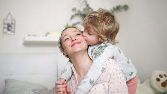 moeder wordt wakker met ochtendroutine