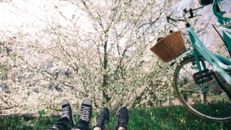 kinderen spelen buiten in de lente