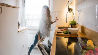 vrouw maakt lucht in huis vochtig