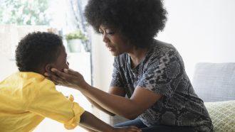 kind met autisme met moeder
