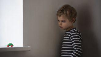 kind voor straf in de hoek