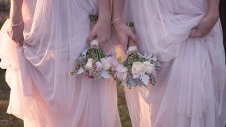 bruidsmeisjes en getuigen op een bruiloft