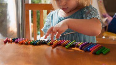 kind met autisme is aan het spelen