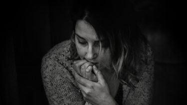 bezorgde vrouw over risicofactoren eierstokkanker
