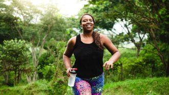 vrouw is aan het hardlopen