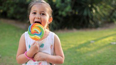 Kind met grote suiker lolly