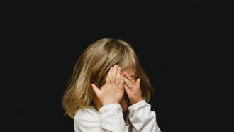 verlegen-kind