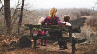moeder met twee kinderen op bankje