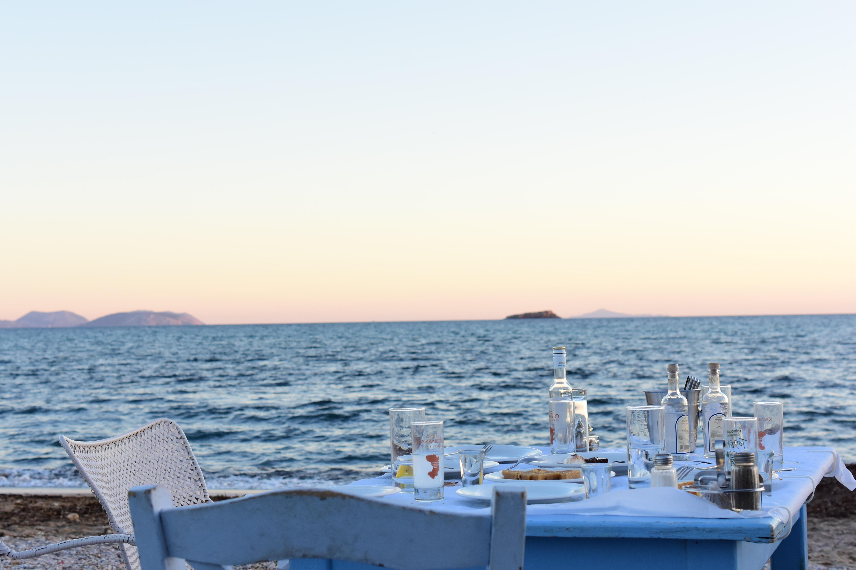 eten op het strand in Santorini