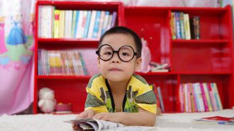 Jongetje met bril dat vaardigheden leert door middel van life hacks