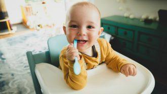 baby valt in slaap tijdens eten in kinderstoel