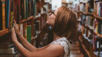 Intelligente vrouw in bibliotheek