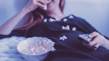 vrouw die films kijkt met popcorn