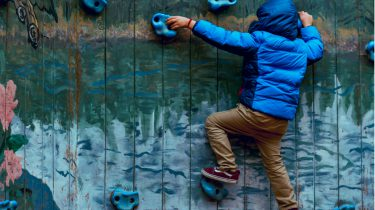 peutergedrag / jongetje klimt op de muur