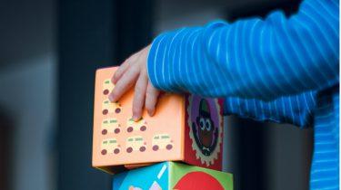 kind speelt met blokken en leert kleuren herkennen