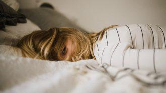 gebroken nachten - vrouw ligt moe in bed