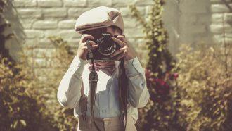 jongetje dat analoge foto neemt, die niet op social media gedeeld kan worden