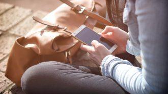 Vrouw die op haar telefoon zit, schermtijd