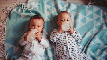 Baby's die water drinken
