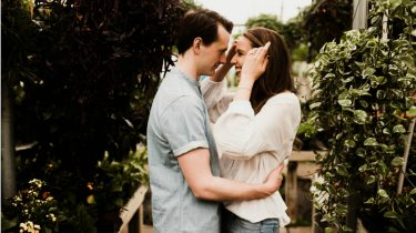 partner / koppel kijkt verliefd naar elkaar
