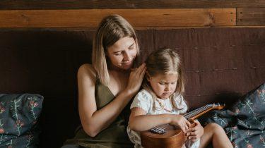 Moeder praat met dochter over de schooldag