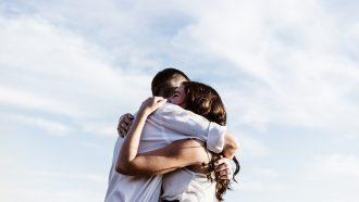 Stelletje dat elkaar omarmt waarbij de man razend verliefd is op de vrouw