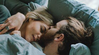 Stel dat in bed ligt en vreemdgaat