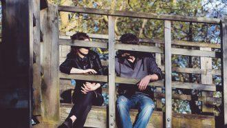 Stelletje dat op een brug zit en de relatie beëindigd omdat de verschillen te groot zijn