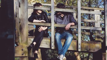 Een stelletje dat in een relatie is en ruzie maakt op een brug
