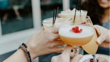 dry january / mensen toasten met alcoholische drankjes