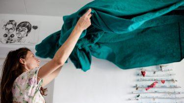 stoffig Vrouw die huis aan het schoonmaken is