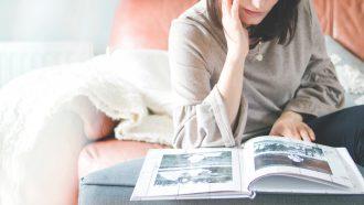 Vrouw die herinneringen ophaalt met een fotoboek