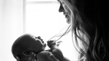 Moeder die baby vasthoudt in het vierde trimester