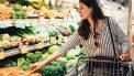 Vrouw koopt groenten in supermarkt