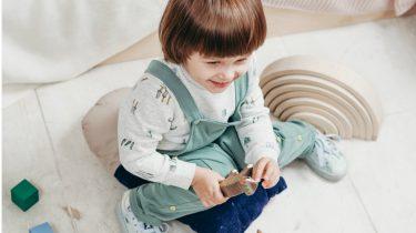 spraak / kind speelt op de grond