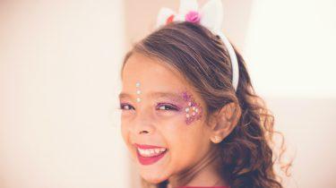 meisje met carnavalspakje aan en schmink op