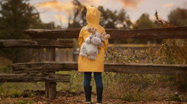 regenjassen / meisje met regenjas en knuffelrugzak
