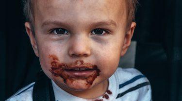 Peuter die nee zegt en zijn mond vol chocolade heeft