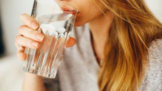 Een vrouw die te veel water drinkt