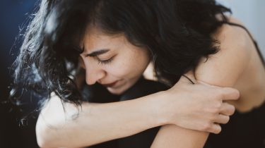 Vrouw die last heeft van lichamelijke signalen die aangeven dat haar relatie niet goed zit