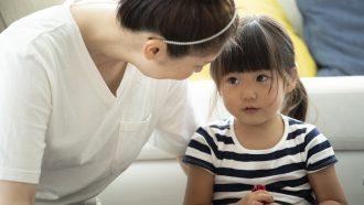 Kind dat aan het liegen is tegen haar moeder